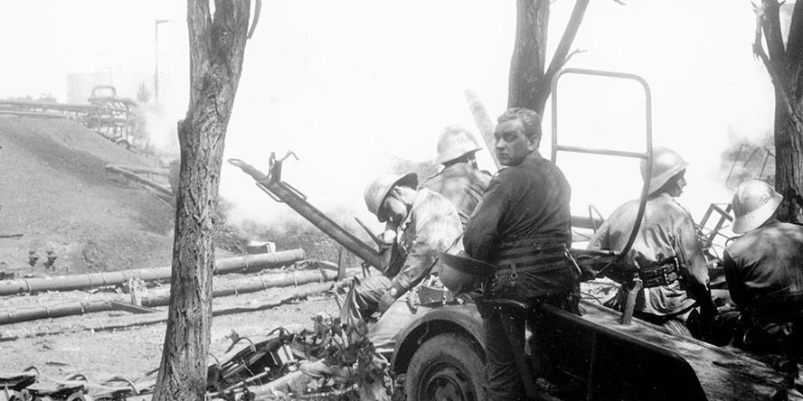 """Fot. Tadeusz Patan, """"Kronika Beskidzka"""" – Po całonocnej walce z ogniem – praca ponad siły zmusza do zdrzemnięcia się nawet na wózku transportowym."""