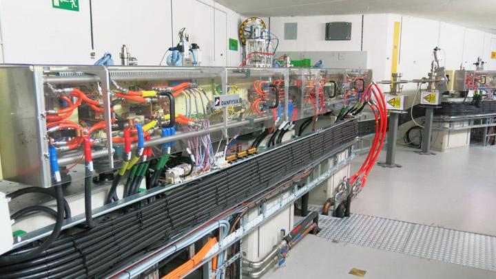 Fot. Jeden z bloków elektromagnesów tworzących pierścień akumulacyjny synchrotronu. Źródło:  www.synchrotron.uj.edu.pl